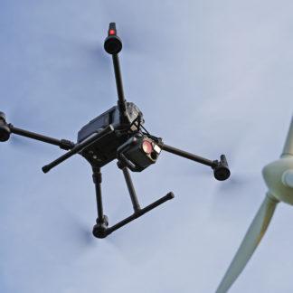 Drohne vor Windrad